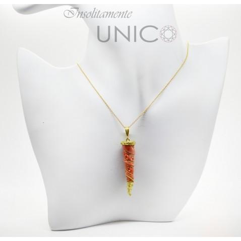Ciondolo in oro giallo 750 millesimi con incisione su corallo